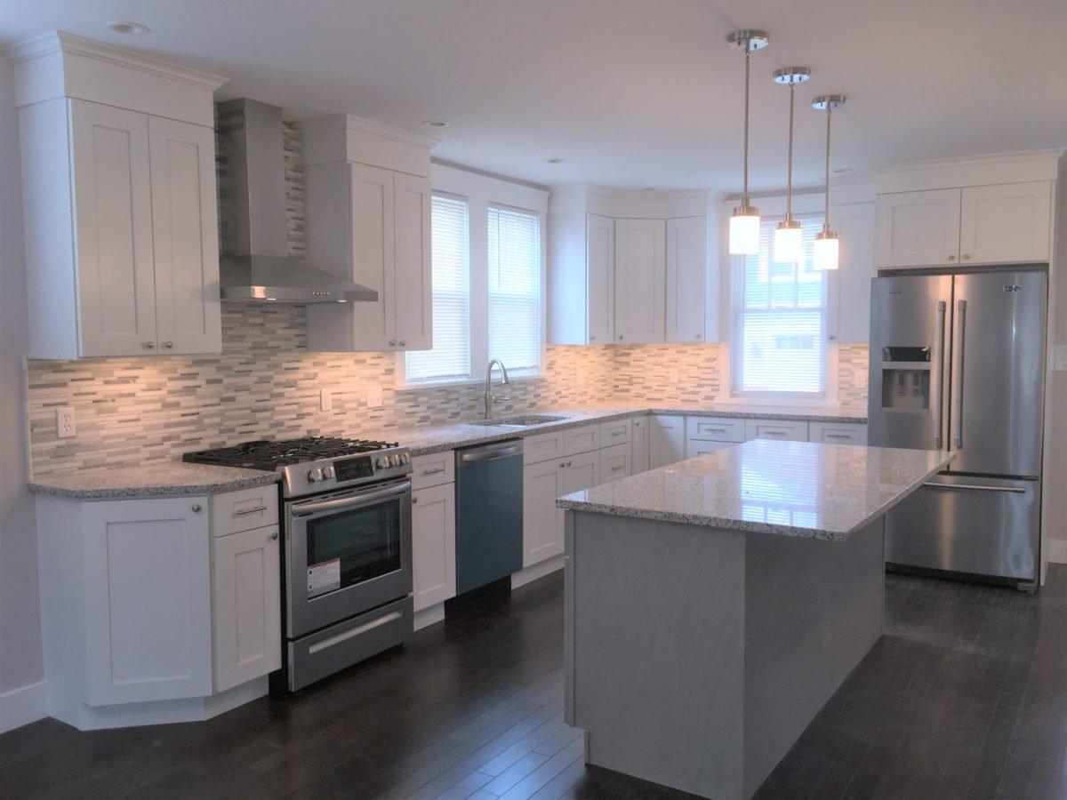 Two-Tone-Kitchen_Forevermark_Nova_Light_Grey_Island_Ice_White_Shaker_Cabinets
